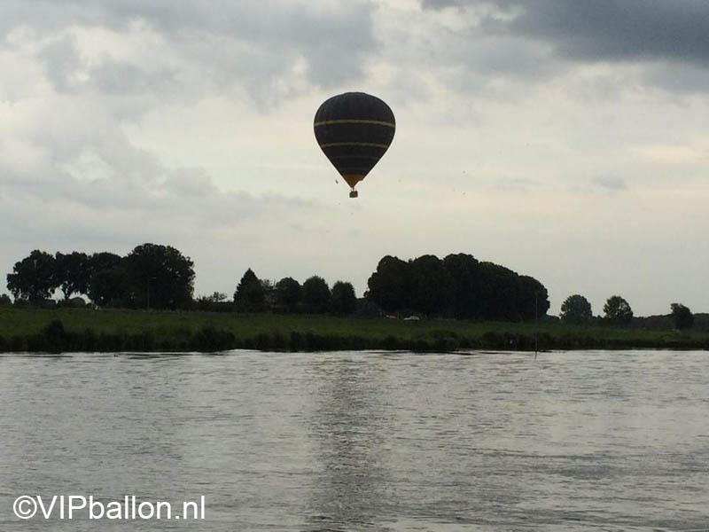 ballon boven de maas bij Mook