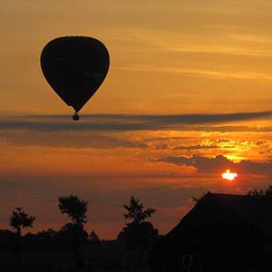 luchtballon boven Uden tijdens zonsondergang